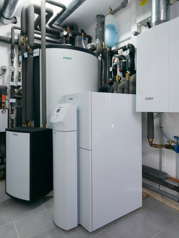 //www.vaillant.info/media-master/global-media/vaillant/architects-planners/references/energiewerthaus-rosrath/reference-de-roesrath-picture-installation1-274737-format-3-4@570@desktop.jpg